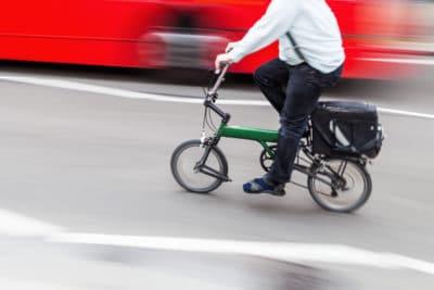 pria bersepeda di kota