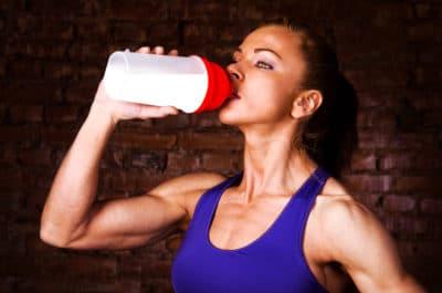 wanita kuat menonsumsi suplemen otot