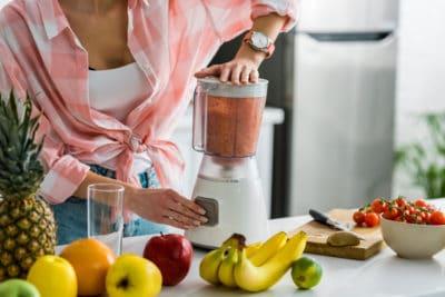 wanita mempersiapkan smoothie