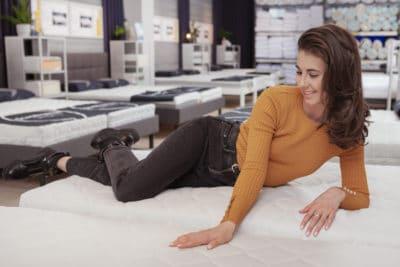 seorang wanita muda di toko kasur