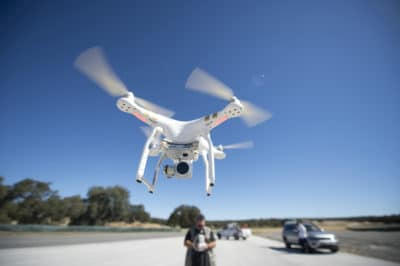 sebuah drone sedang mengudara