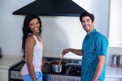 dua orang memasak