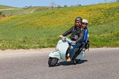 dua orang naik vespa