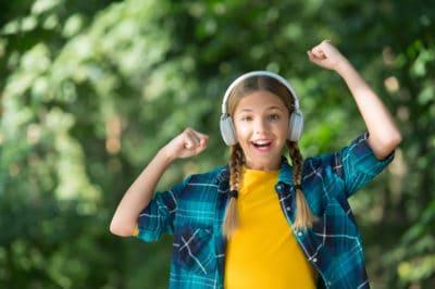 gadis mendengarkan musik