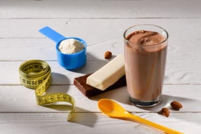 susu cokelat dan sendok