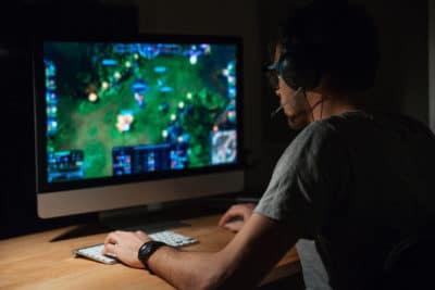 seorang pria bermain game