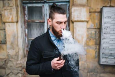pria dengan asap