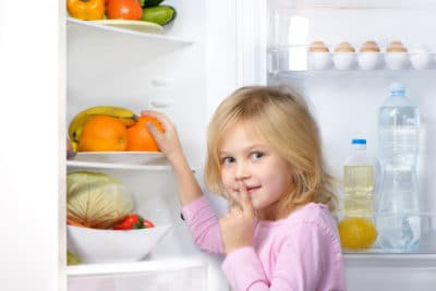 anak kecil mengambil jeruk