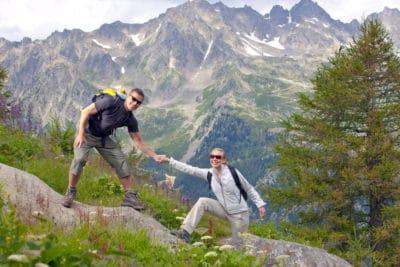 pria dan wanita mendaki gunung