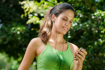 wanita jogging sambil mendengarkan musik