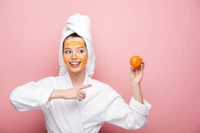 wanita memegang jeruk