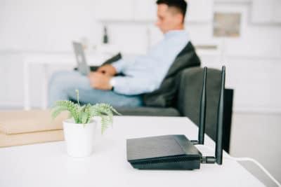 pria sedang bekerja menggunakan laptop