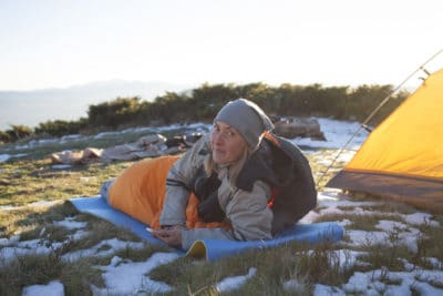 seorang wanita bangun tidur di atas gunung