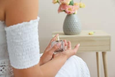wanita memakai parfum