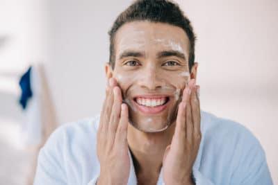 pria sedang mencuci wajahnya