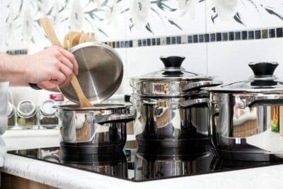 seorang wanita memasak sup